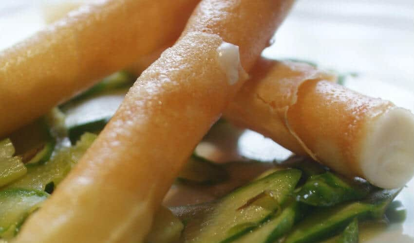 Cannoli croccanti con mousse di grana, asparagi di Badoere Igp o Cimadolmo Igp e zabaione all'Olio Garda Dop